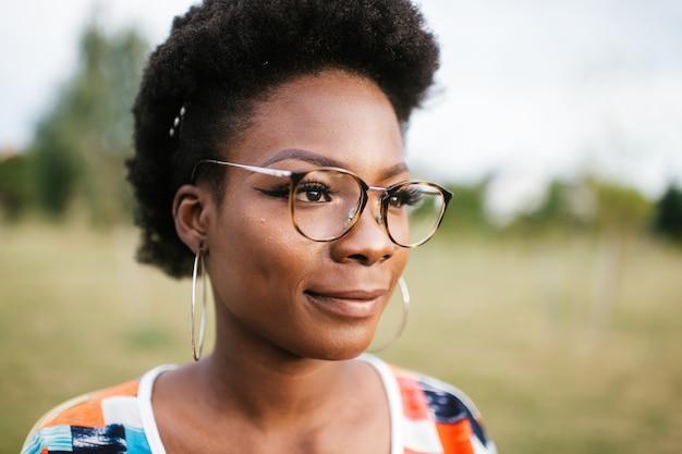 Молодая женщина в очках на открытом воздухе