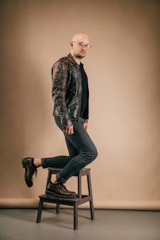 メガネでファッショナブルなスタイリッシュなハゲ男のライフスタイルの肖像画。