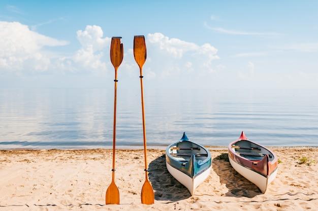 日当たりの良い夏の日にビーチでカヌー