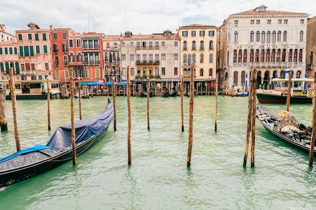 イタリア、ベニスの運河で表示します。