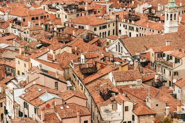 ヴェネツィア、イタリアの屋根のパノラマビュー。