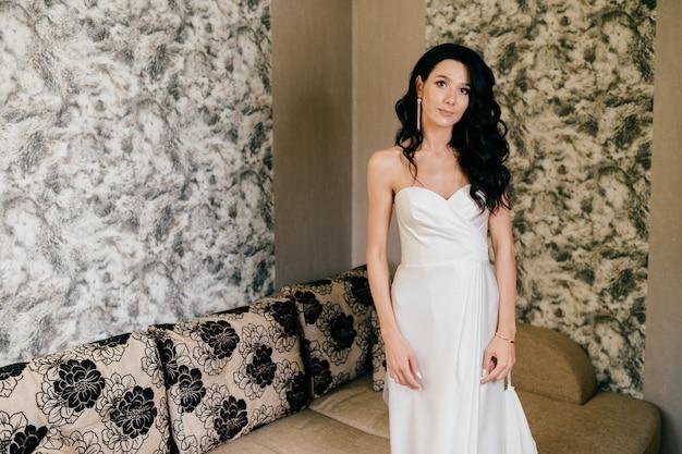 白いウェディングドレスの屋内ポートレートの美しい花嫁