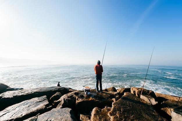 海で回転して釣りをする漁師