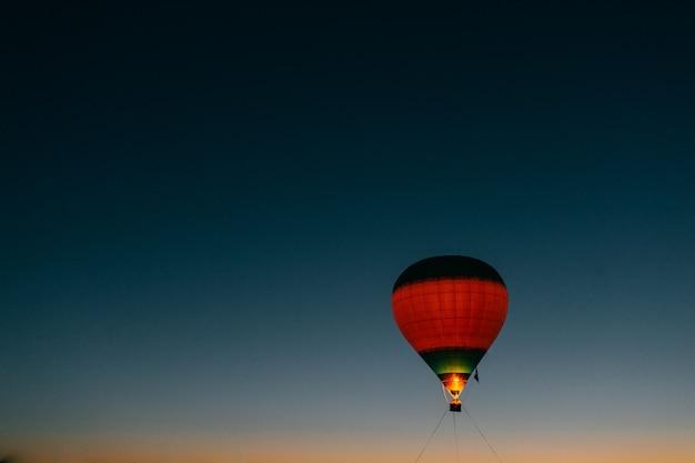 Разноцветный баллон в ночном небе