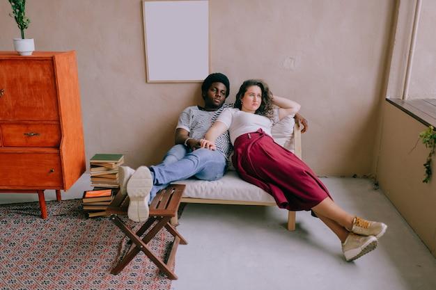 Любить межрасовые пары, сидя в кресле у себя дома.