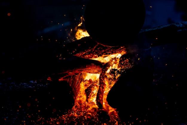 夜に薪を燃やします。