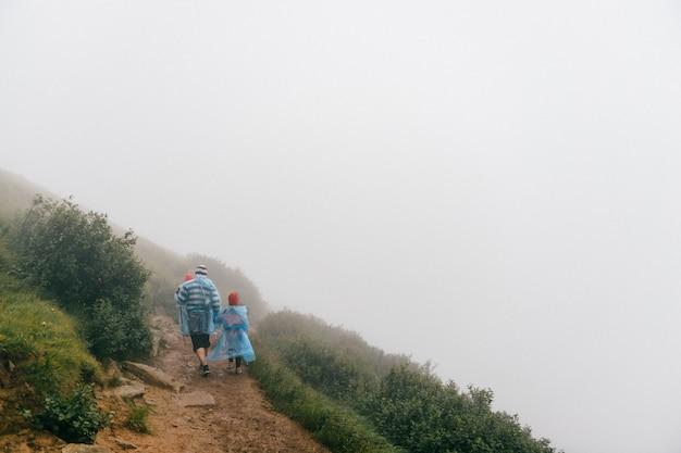 Отец с ребенком, походы в туманные горы
