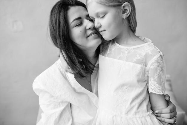 Мать с ее маленькой дочерью черно-белый портрет