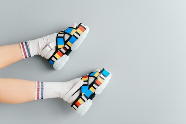 おしゃれな靴で美しい女性の足