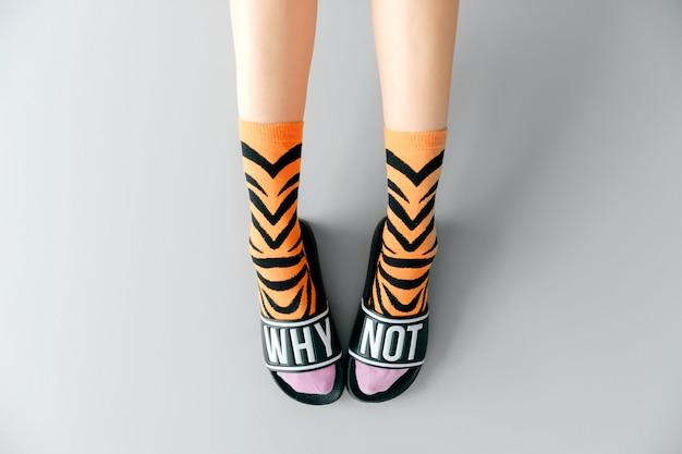Красивые женские ножки в стильных носках и модной обуви