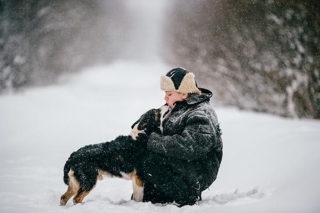 国の女性。犬を歩く大人の女性。面白い冬の女の子のライフスタイルの屋外のポートレート。