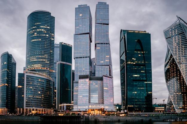 Московские городские башни в ночное время. бизнес здания. вид на город.