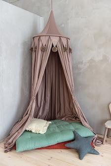 高い紫色のカーテン付きベビーベッド