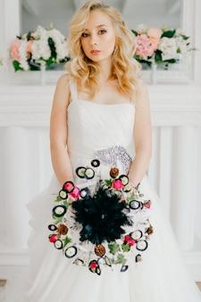 若いグラマー花嫁のウェディングドレスの肖像画。