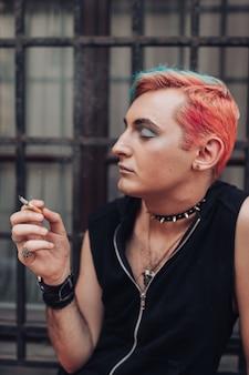満足の表情と同性愛者の男性喫煙タバコのライフスタイルの肖像画。