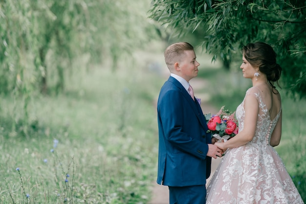 美しく、若い結婚式のカップルの屋外のポートレート