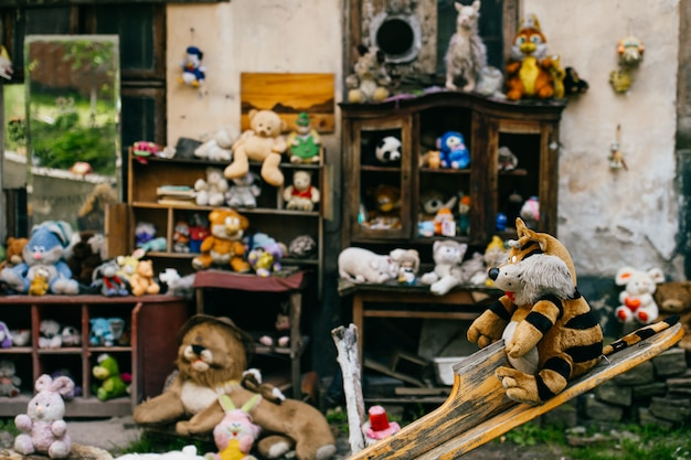 ヴィンテージの古いおもちゃ。不要な、捨てられた、捨てられたふわふわのぬいぐるみ。