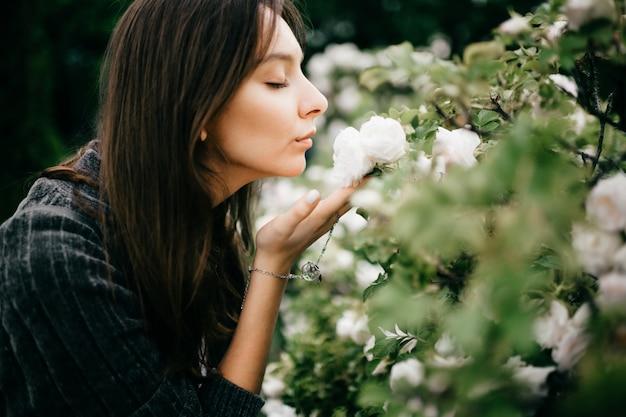 自然で白い花の臭いがする若い女性