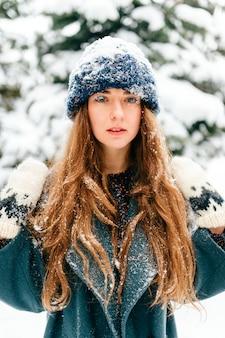 雪の女王。驚くほど美しい顔、青い幻想的な目、屋外の長い完璧な髪のクローズアップの肖像画を持つ少女。皮膚を凍結する。まつげと唇は雪で覆われています。妖精ファンタジー珍しい女性