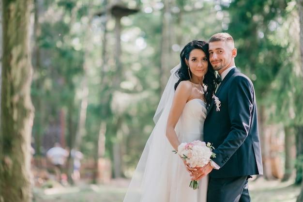 美しい結婚式のカップルの屋外のポートレート
