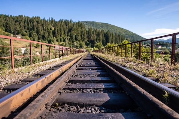 Железнодорожные пути в горах. железная дорога среди красивых пейзажей.