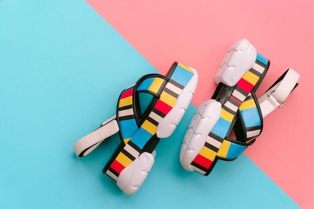 ファッショナブルな女性の靴のセット。ハイウェッジの夏のトレンディな色とりどりの女性のサンダル