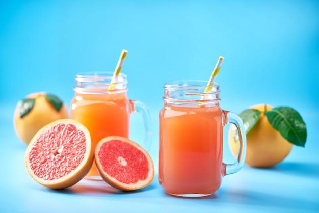 瓶の中の新鮮なグレープフルーツジュース