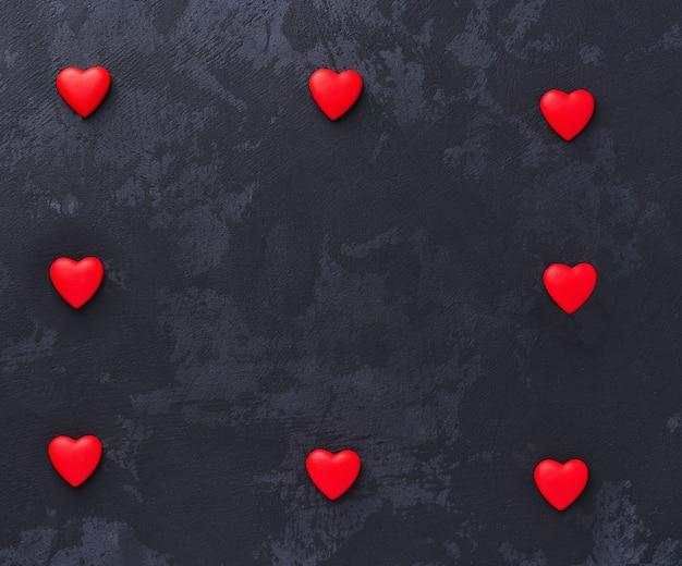 黒の背景に赤いハート。