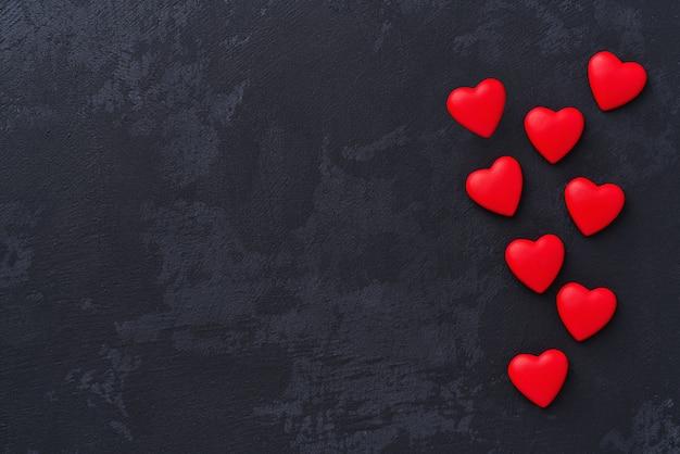 黒の背景に赤の心。上面図