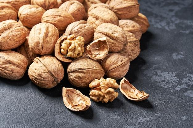 Органические сырые грецкие орехи на черном столе