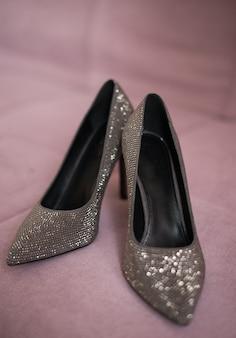 靴シルバーブラックグレー色。光沢のあるかかと