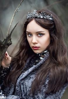 Портрет женщины в сказочном образе темной королевы в таинственном лесу