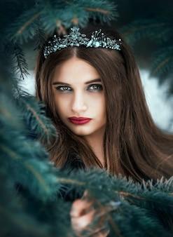 美しい暗い女王。長い黒いドレスを着た王冠のゴシックプリンセス。