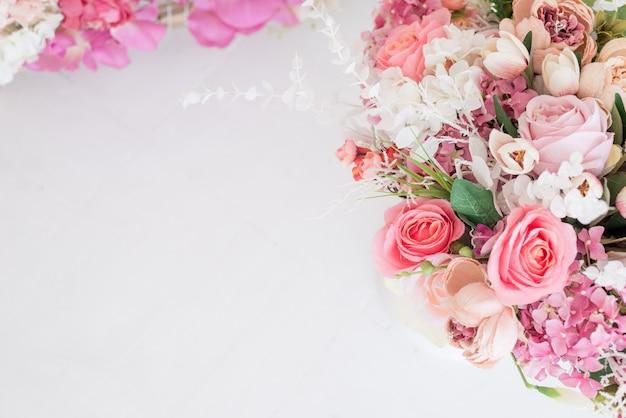 フェミニンな花のフレーム構成。美しいピンクの牡丹で作られた装飾的な背景。
