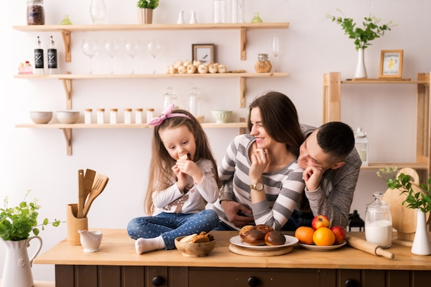Семья с ребенком на кухне за завтраком