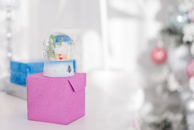 Розовая подарочная коробка и снежный ком