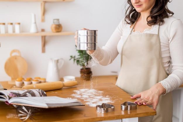 Инструменты для приготовления теста. чашка муки и скалка