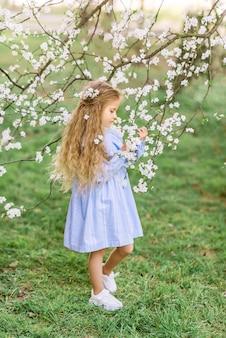 Красивая девочка в цветущем саду. весеннее фото