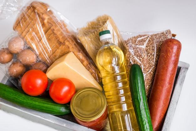 隔離期間中の危機食品。フードデリバリー、寄付、コロナウイルス検疫。