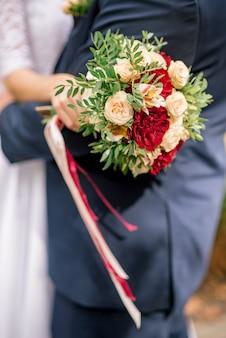 女性の手に花の花束