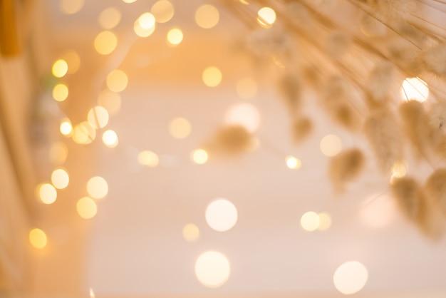 ぼやけたクリスマスライトを背景に繊細な黄金色