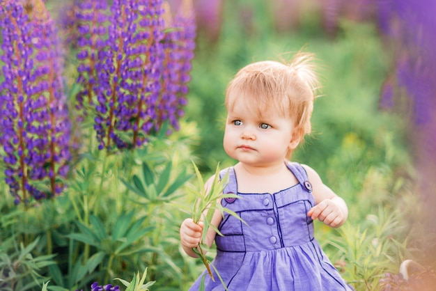 Портрет ребенка девочка в сиреневые цветы в природе
