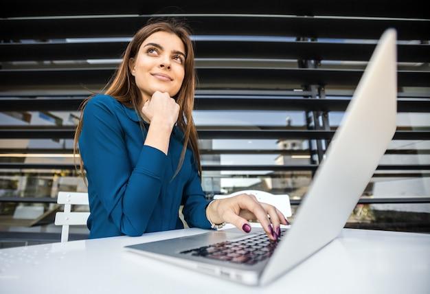 学生の女の子はコンピューターで動作します