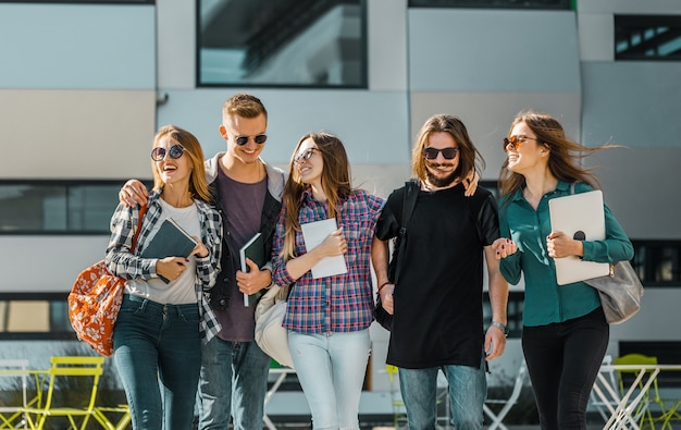 学生グループの散歩