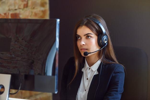 女性コールセンターオペレーター