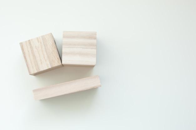 空白の木製キューブ。上面図