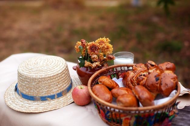 古い素朴なテーブルで屋外夏のピクニック