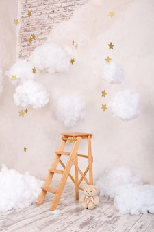 Деревянная лестница с облаками в детской комнате.