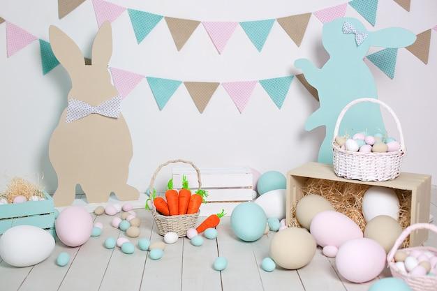 イースターと春の装飾。大きなマルチカラーの卵とイースターバニー。