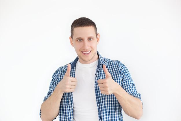 Счастливый красавец показывает палец вверх.